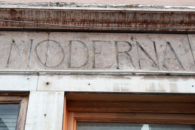 Vernacular Typography Venice Italy Storefront Lettering Moderna